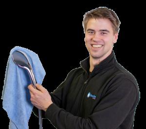 Onze werkplaats medewerker tijdens het reinigen van de douches