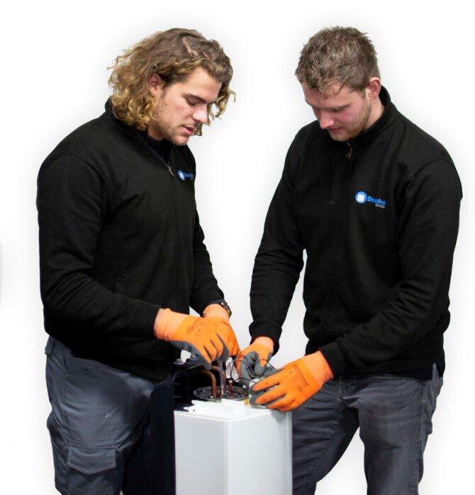 Twee van onze monteurs tijdens een installatie