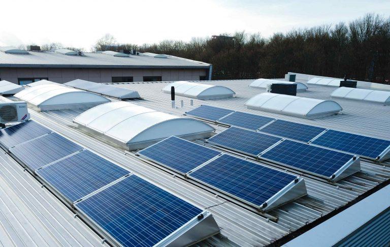 Zonnepanelen op het bedrijfspand van Doucheservice omdat duurzaamheid belangrijk is